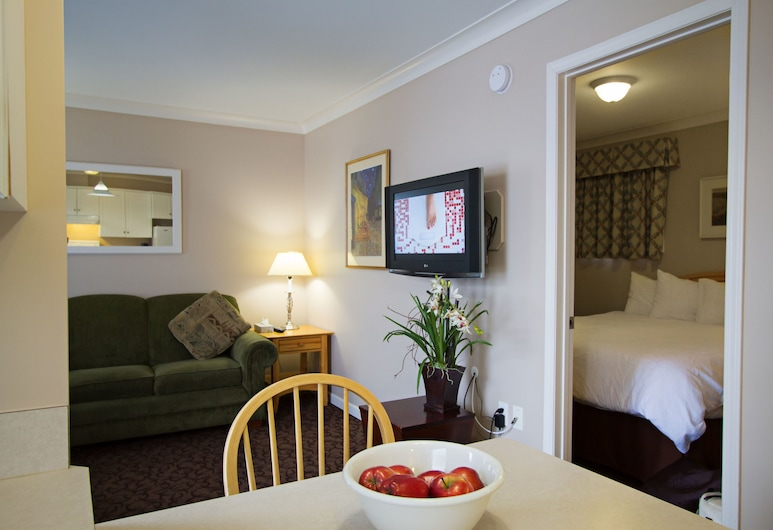 Glenwood Inn & Suites, Trail, Suite, 1 King Bed with Sofabed, Kitchenette, Living Area
