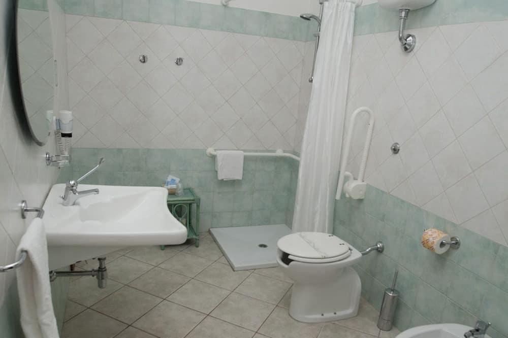 Třílůžkový pokoj typu Classic, bezbariérový přístup - Koupelna