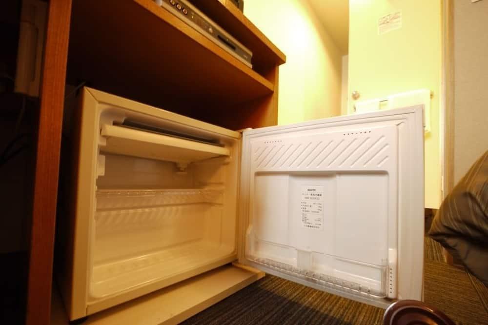 シングルルームシングルサイズベッド 1 台喫煙可 - 小型冷蔵庫