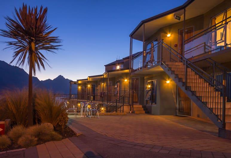 亞歷克西斯汽車旅館和公寓, 皇后鎮, 酒店入口 - 夜景