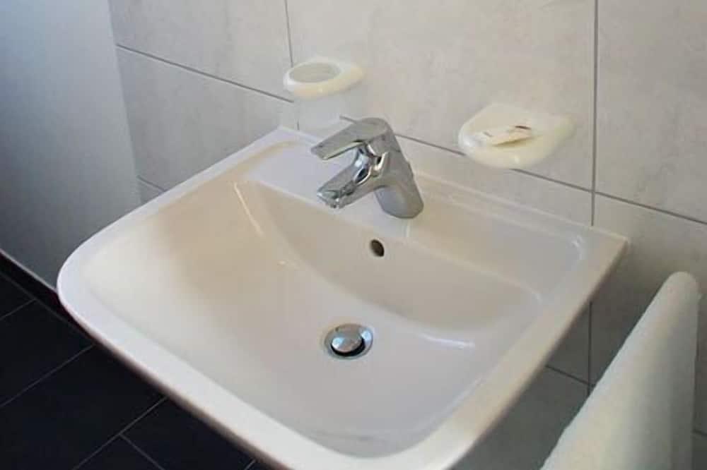Szoba (5-Bed Room) - Fürdőszoba