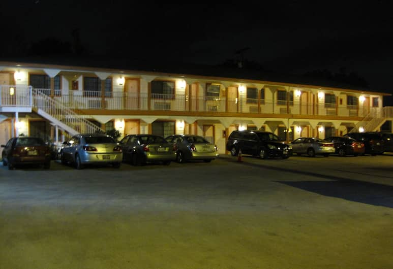Pinn Road Inn and Suites, San Antonio, Hotel Front – Evening/Night