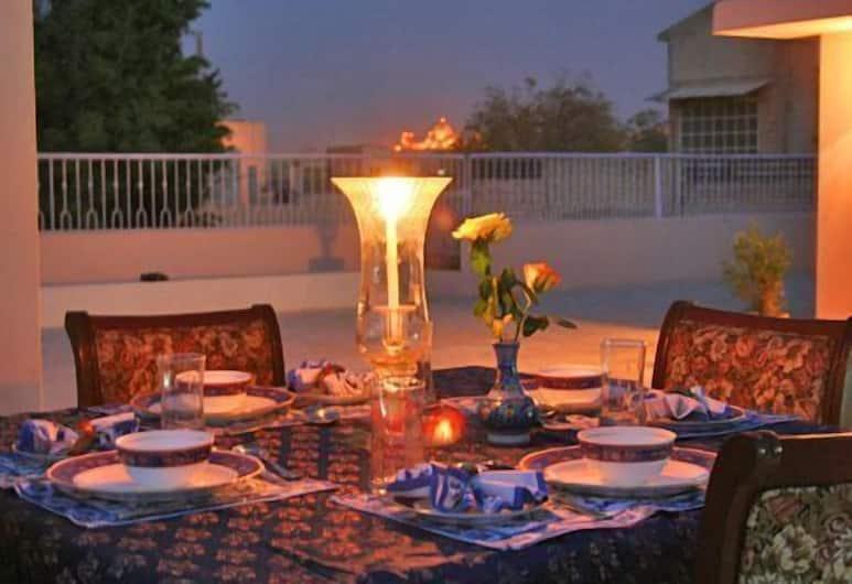 Surya Kunj Home Stay, Jodhpur, Dinerruimte buiten