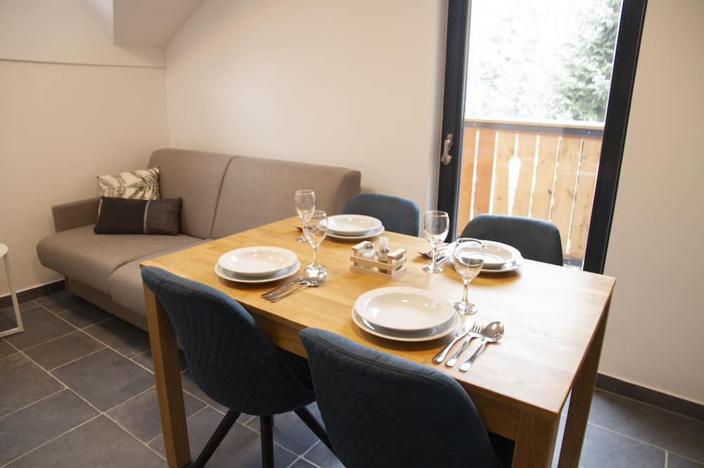 Standard-Apartment - Essbereich im Zimmer