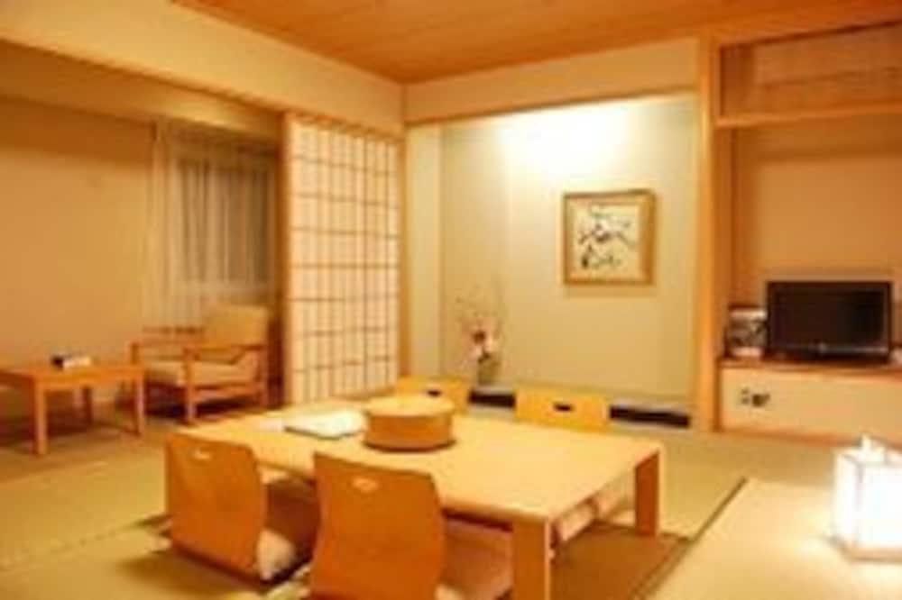 Traditional-Zimmer, Japanisches Futonbett, Raucher - Essbereich im Zimmer
