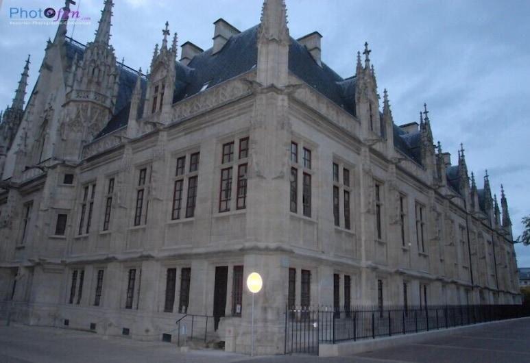 Hôtel des Arcades, Rouen, Hotelfassade am Abend/bei Nacht
