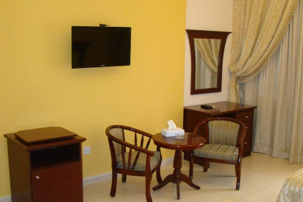Classic Twin Room, City View - Living Area