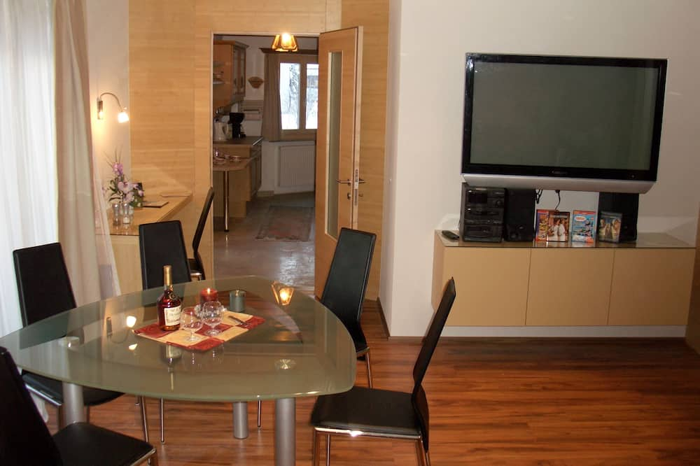 Apartment, 2 Bedrooms, Kitchen, Mountain View - Living Area