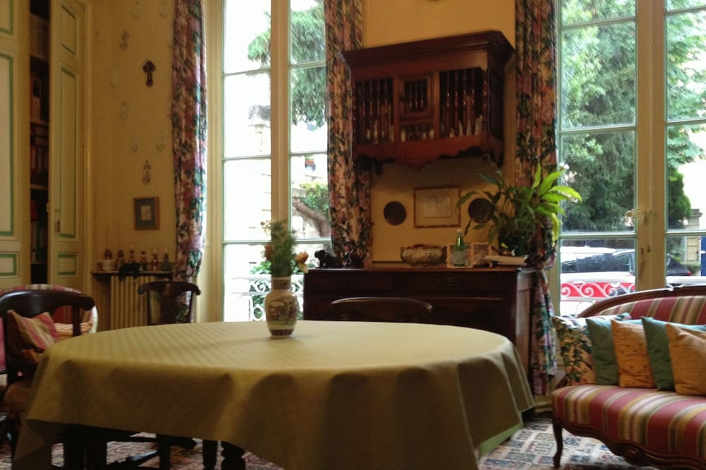 Étkezés a szobában