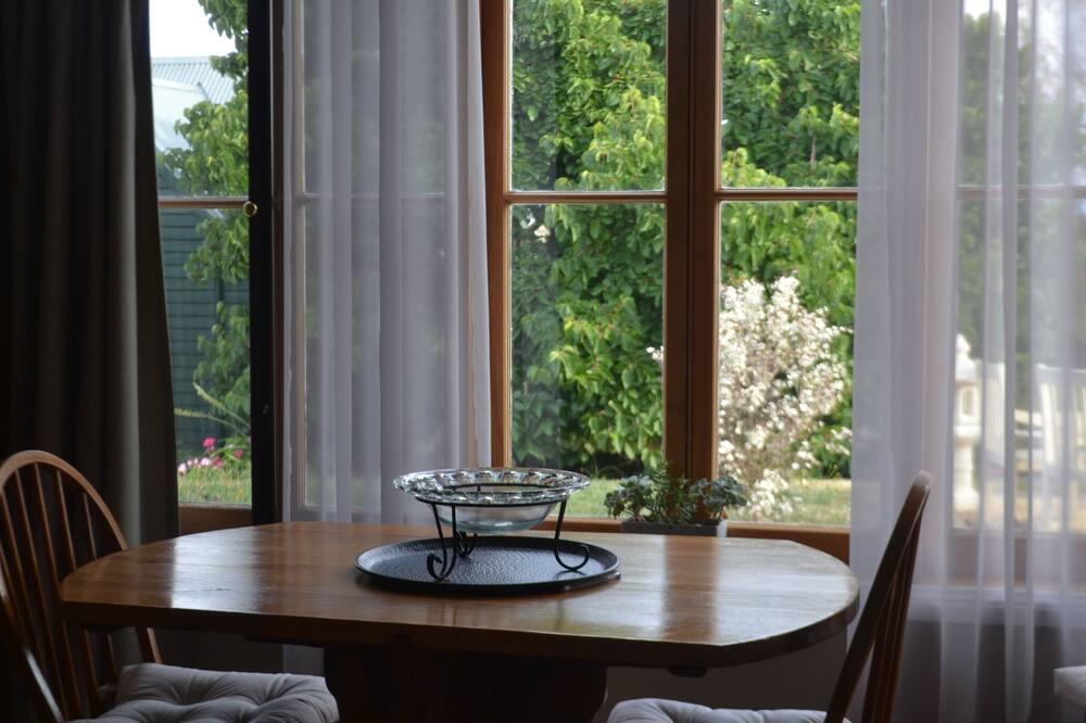 Deluxe-Ferienhaus, Gartenblick - Essbereich im Zimmer