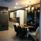 Luxury Studio Suite, 3 Bedrooms, Pool View - Living Area