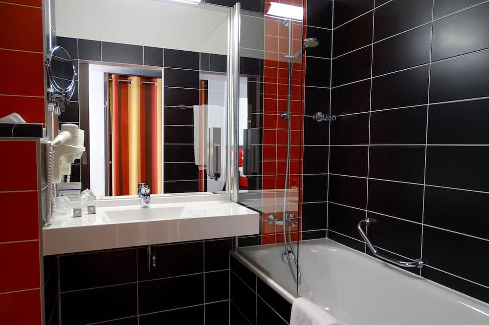 Comfort Room, Multiple Beds, Courtyard View - Bathroom