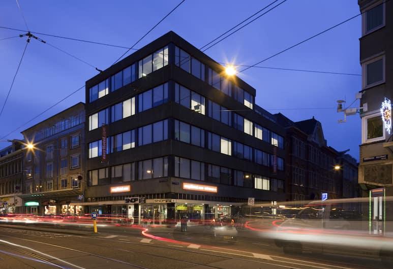 easyHotel Amsterdam City Centre South, Amsterdam, Hotelfassade am Abend/bei Nacht