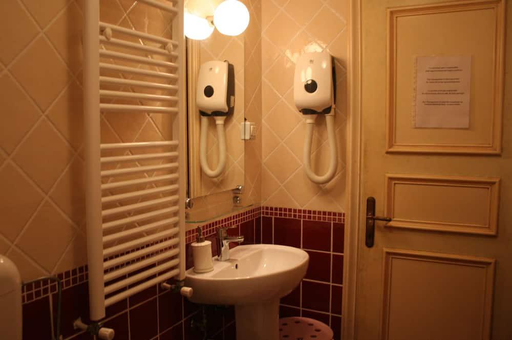 Economy-Doppelzimmer, Gemeinschaftsbad - Badezimmer