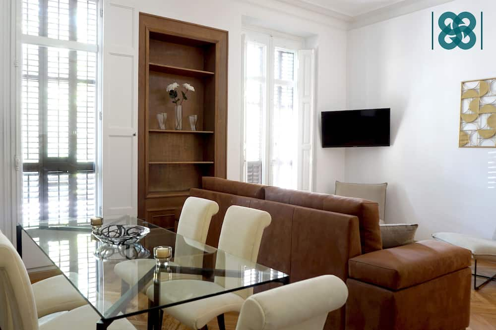 Deluxe Suite, City View - Living Room