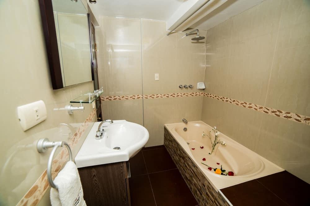 Улучшенный двухместный номер с 1 двуспальной кроватью, 1 двуспальная кровать «Кинг-сайз», ванна - Ванная комната