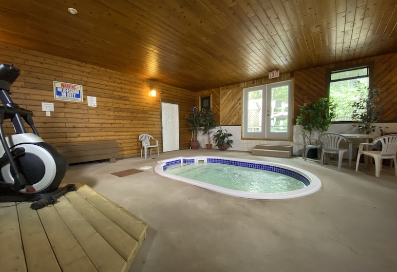 Chalet Continental, Valemount, Indoor Spa Tub