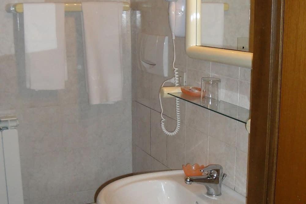 غرفة كلاسيكية مزدوجة أو بسريرين منفصلين - بحمام خاص - حمّام