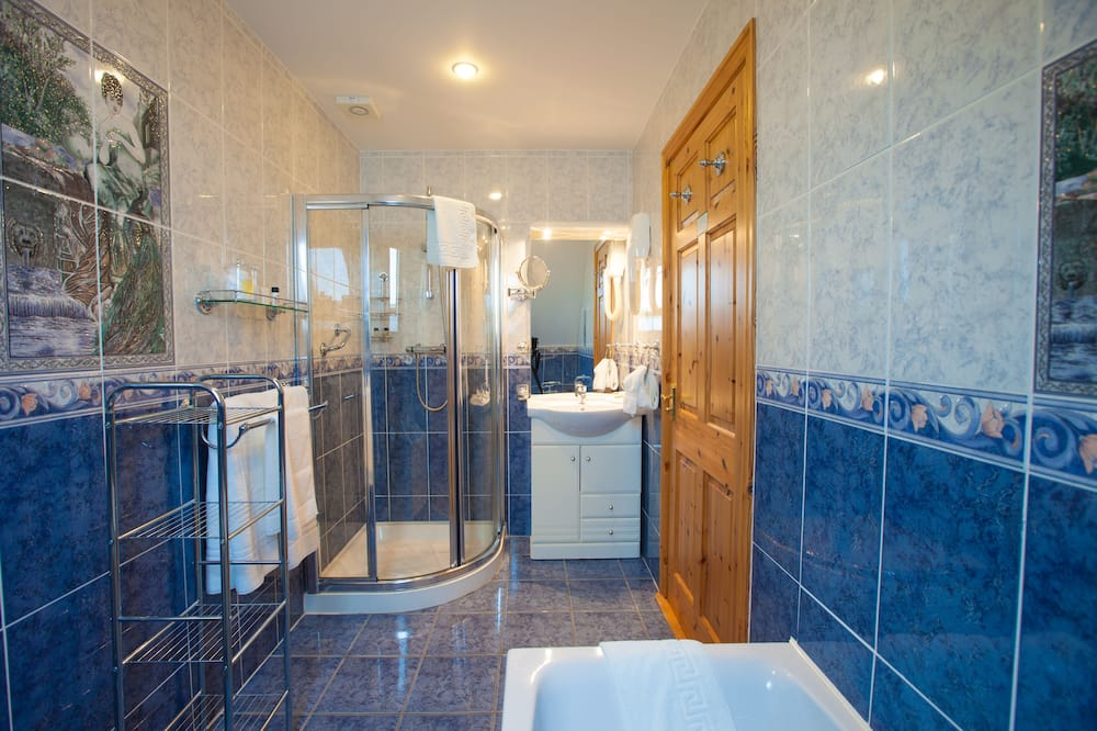 Deluxe Twin Room Ensuite with Bath Sea View (Golf Course View - Room 4) - Bathroom