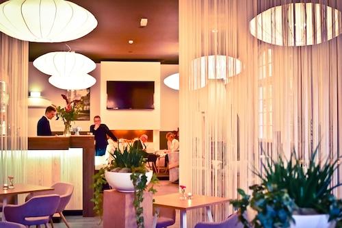 """t Lansink Tuindorphotel & Restaurant/></noscript><img class="""""""" data-src=""""https://exp.cdn-hotels.com/hotels/5000000/4890000/4884900/4884896/ee30053b_y.jpg?impolicy=fcrop&w=500&h=333&q=high"""" alt=""""'t Lansink Tuindorphotel & Restaurant""""/></span><div class=""""_3mfSem""""><span class=""""_351i3f""""></span></div></div><div class=""""_2mwGi9""""><div class=""""_1AWUGb""""><section class=""""xQv_W8""""><div class=""""OXlLRS""""><h2 class=""""_3-7yB4"""">'t Lansink Tuindorphotel & Restaurant</h2><span class=""""_2dOcxA _1rJjyi"""">4 Sterne</span></div><p class=""""_1lXFgH""""><span class=""""_3PJboa""""><span>0.6km zum Stadtzentrum</span></span></p></section></div><div class=""""_30dwfS _1hMIWH""""><div class=""""_2dCxfW""""><span class=""""S269px _1yY-Dp""""><span class=""""is-visually-hidden"""">Gästebewertung</span><span class=""""_1biq31 _11XjrQ _3yXMS-"""">9.0<span class=""""is-visually-hidden"""">.</span></span><span class=""""_3Luohr"""">Ausgezeichnet</span><span class=""""_3HBaeM"""">13 Hotels.com-Gästebewertungen</span></span></div></div></div><a href=""""https://ch.hotels.com/ho401398/t-lansink-tuindorphotel-restaurant-hengelo-niederlande/"""" class=""""_61P-R0""""><span class=""""is-visually-hidden"""">'t Lansink Tuindorphotel & Restaurant</span></a></div></li><li><div class=""""tObE0n""""><div class=""""_1M0UZH""""><span class=""""_1Ac6YH _2NFd5j _1DW1ZH ZCedaV""""><noscript><img src=https://exp.cdn-hotels.com/hotels/40000000/39640000/39631600/39631509/628d138e_y.jpg?impolicy=fcrop&w=500&h=333&q=high alt=Guesthouse Villa De Eikhof/></noscript><img class="""""""" data-src=""""https://exp.cdn-hotels.com/hotels/40000000/39640000/39631600/39631509/628d138e_y.jpg?impolicy=fcrop&w=500&h=333&q=high"""" alt=""""Guesthouse Villa De Eikhof""""/></span><div class=""""_3mfSem""""><span class=""""_351i3f""""></span></div></div><div class=""""_2mwGi9""""><div class=""""_1AWUGb""""><section class=""""xQv_W8""""><div class=""""OXlLRS""""><h2 class=""""_3-7yB4"""">Guesthouse Villa De Eikhof</h2><span class=""""_2dOcxA _1rJjyi"""">3 Sterne</span></div><p class=""""_1lXFgH""""><span class=""""_3PJboa""""><span>1.5km zum Stadtzentrum</span></span></p></section></div><div class=""""_30dwfS _1hMIWH""""><div"""