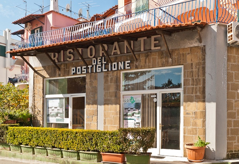 Hotel Del Postiglione, איסקיה, חזית המלון