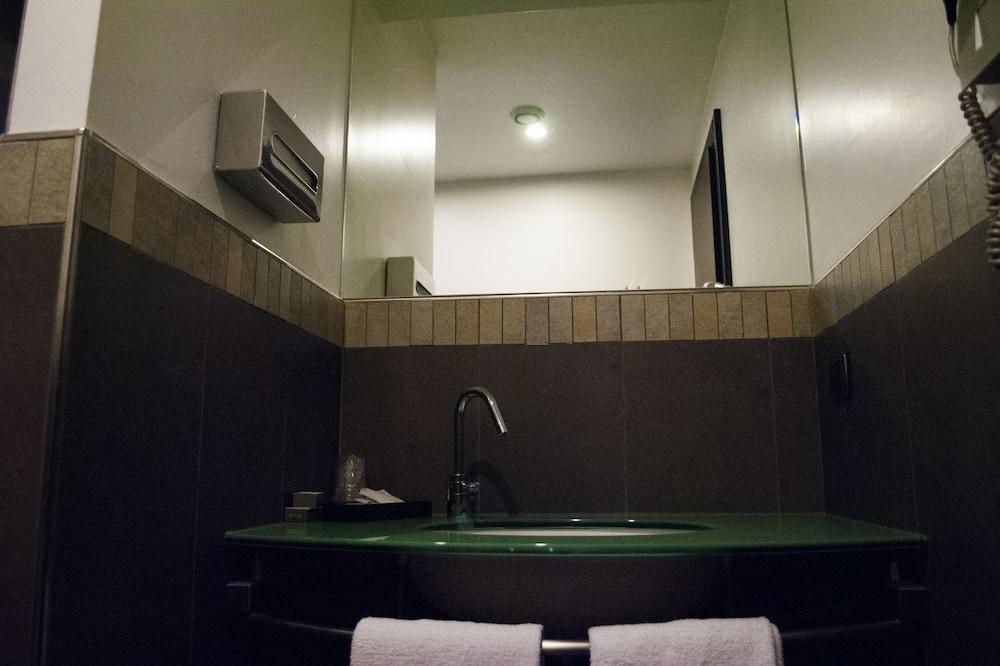 Superior Triple Room - Bathroom