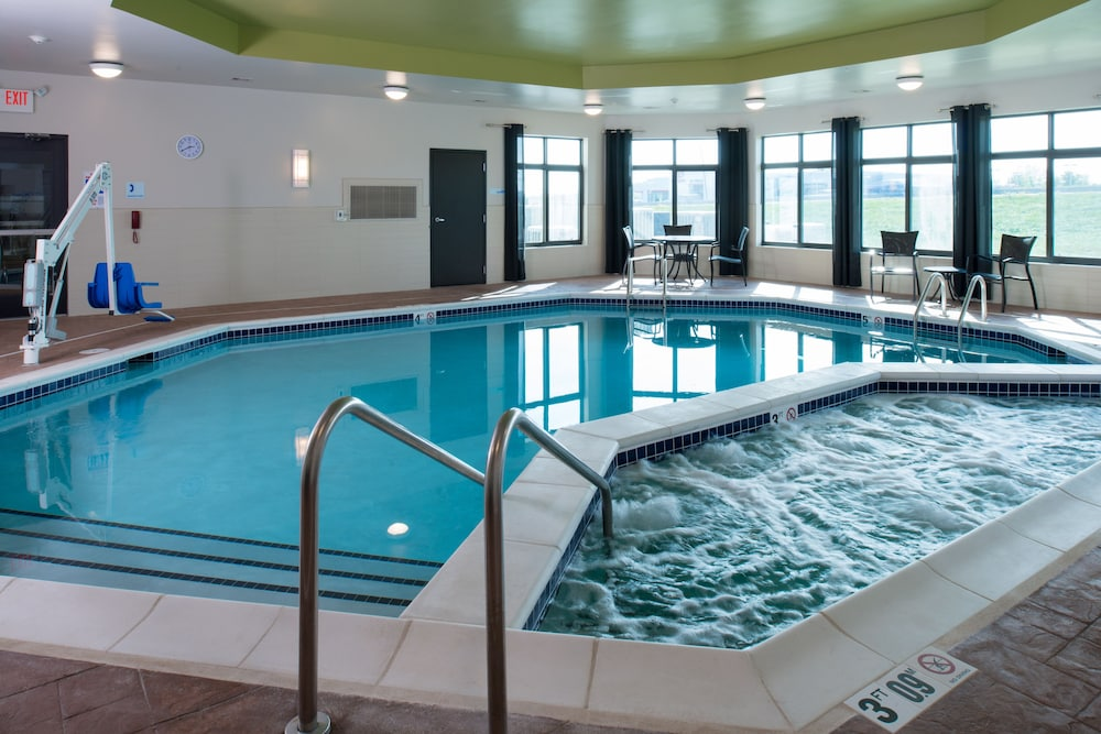 Holiday Inn Express And Suites Kansas City Airport Pool