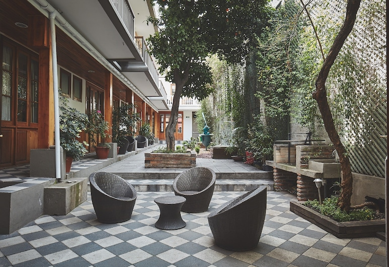 Hotel Loreto, Santiago, Courtyard
