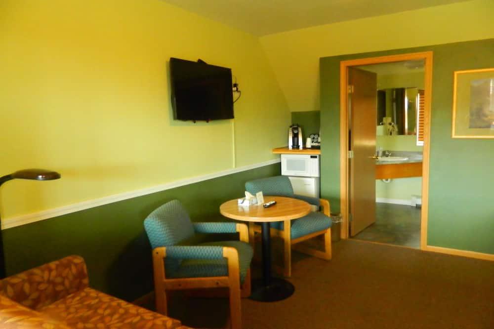 Paaugstināta komforta četrvietīgs numurs (2 Queen Beds with a Sofa Bed) - Dzīvojamā zona
