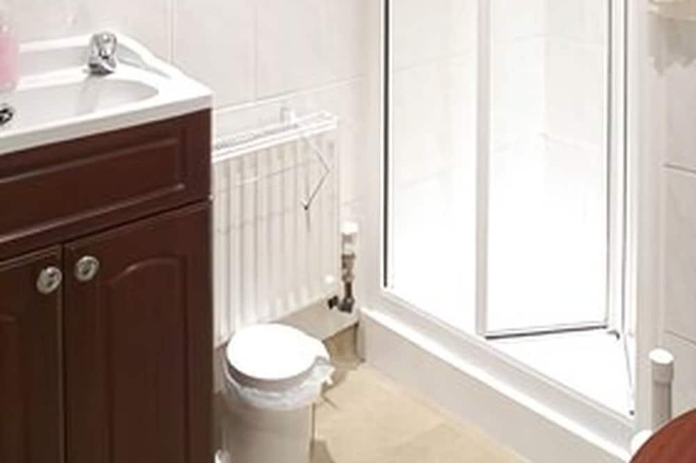 Economy Double Room, 1 Double Bed (Non Ensuite) - Bathroom