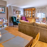 Abigail's Cottage, 2 Bedroom, Full Kitchen, 1 Queen & 2 Twin Beds - Living Area