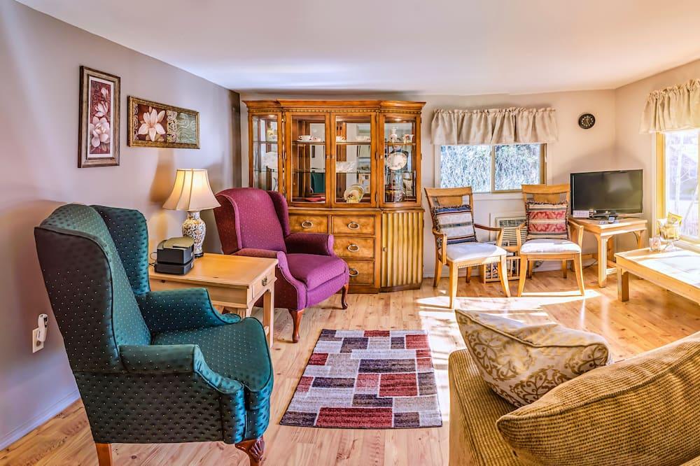 Abigail's Cottage, 2 Bedroom, Full Kitchen, 1 Queen & 2 Twin Beds - Living Room