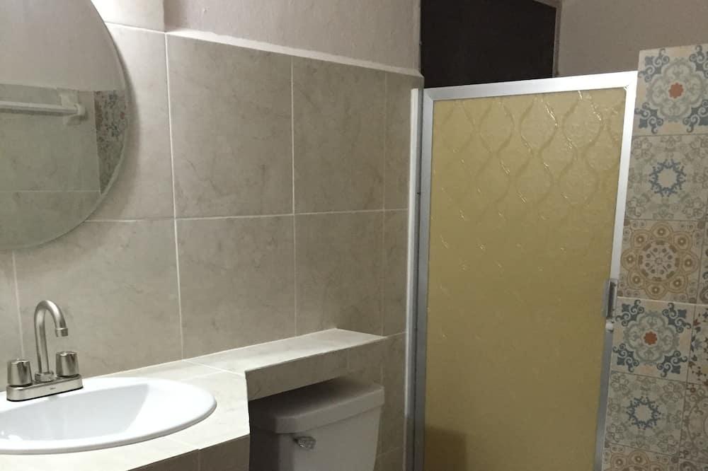Basic Quadruple Room (Sol) - Bilik mandi
