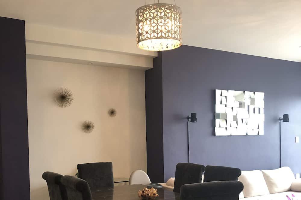 Luxury-Apartment - Essbereich im Zimmer