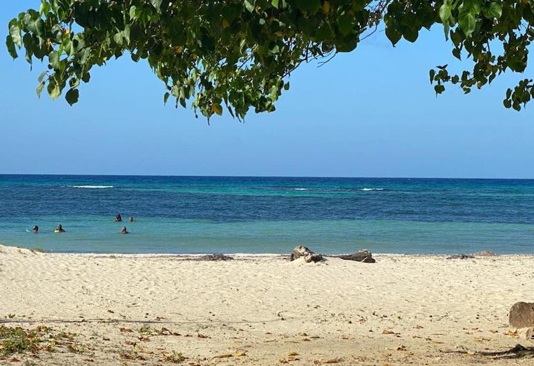 Beautiful 1-bed Beach Side Studio, Montego Bay, Leilighet, 1 queensize-seng, Strand