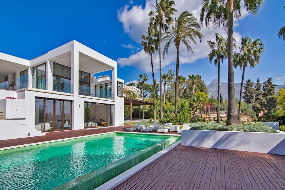 Contemporary Villa 5 Bedrooms, Huge Plot, Private Pool, Short Distance Beach