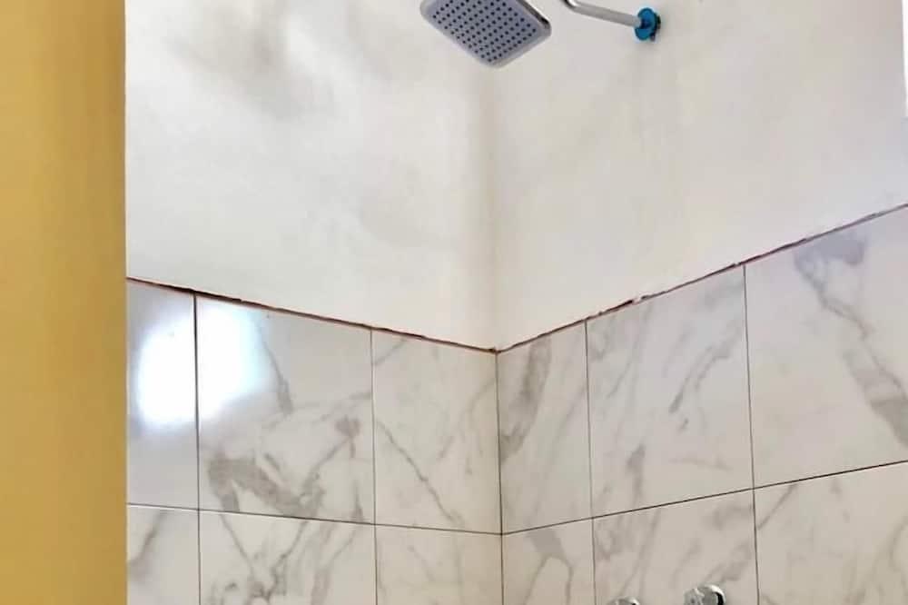 ベーシック ルーム クイーンベッド 2 台 - バスルーム