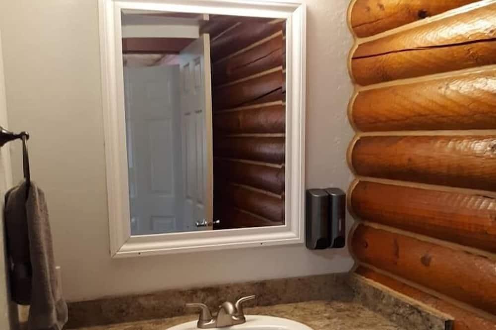 غرفة - سرير كبير - حوض الحمام