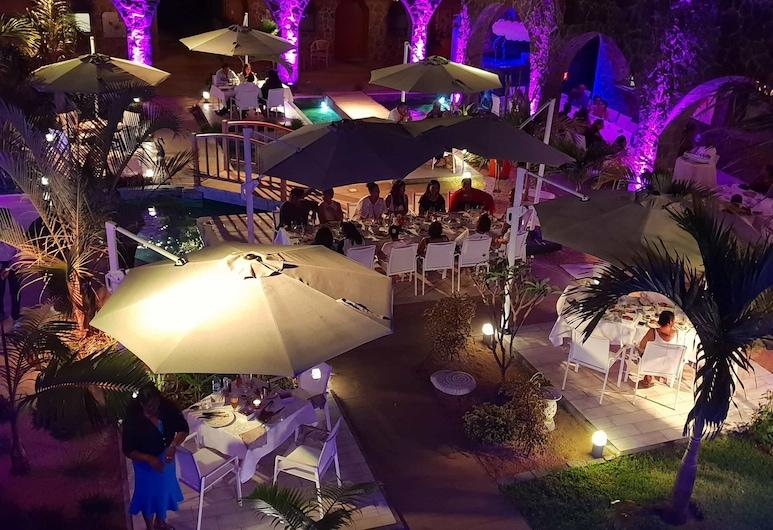 Hacienda Plaza, Grand-Baie, Hotelfassade am Abend/bei Nacht