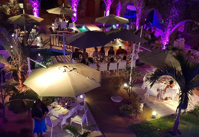 Hacienda Plaza, Grand-Baie, Fachada del hotel de noche