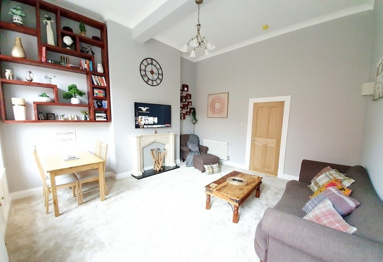 Unwind in a Bright Airy Victorian Apartment in West End!, Glasgow, Apartment, 2 Bedrooms, Living Room