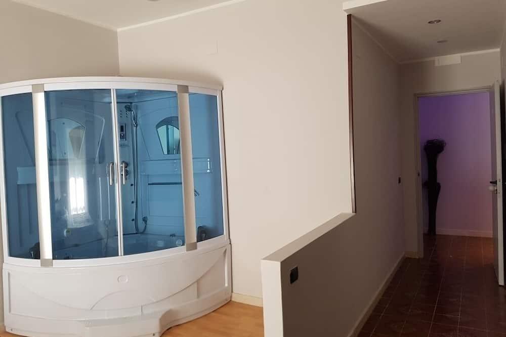 Liukso klasės dvivietis kambarys, sūkurinė vonia - Vonios kambario dušas