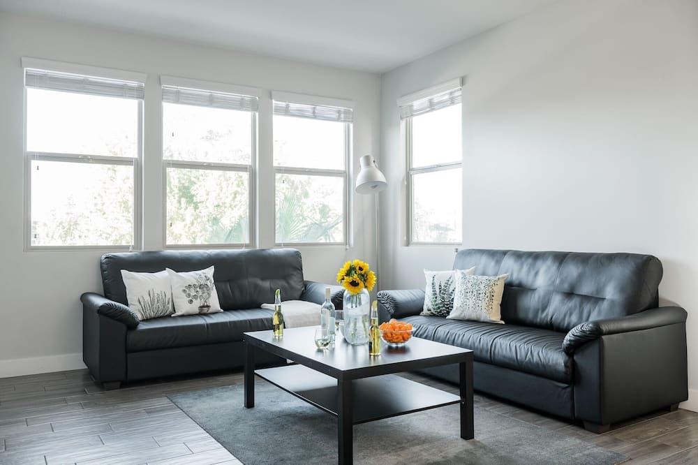 Ferienhaus, Mehrere Betten (Newport by AvantStay - Condo w/ Pool ) - Wohnzimmer