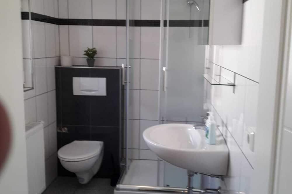 Трехместный номер, смежные ванная комната и спальня - Ванная комната