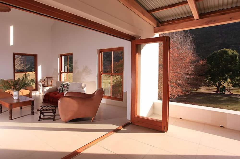 Family Villa, 6 Bedrooms, Mountain View - Living Area