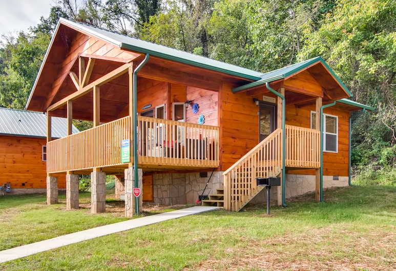 River Getaway #2326 by Aunt Bug's Cabin Rentals, Pigeon Forge