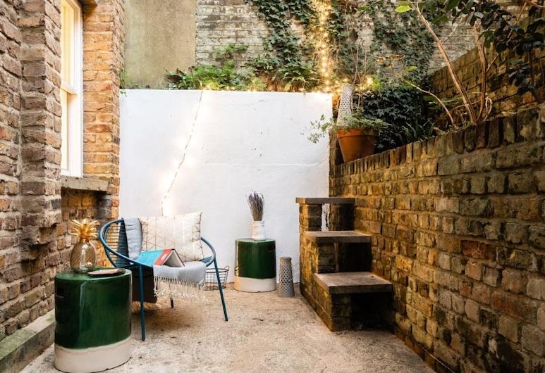 The Kensington Grove - Stylish 2bdr Flat With Private Patio, Londres, Terrenos del establecimiento