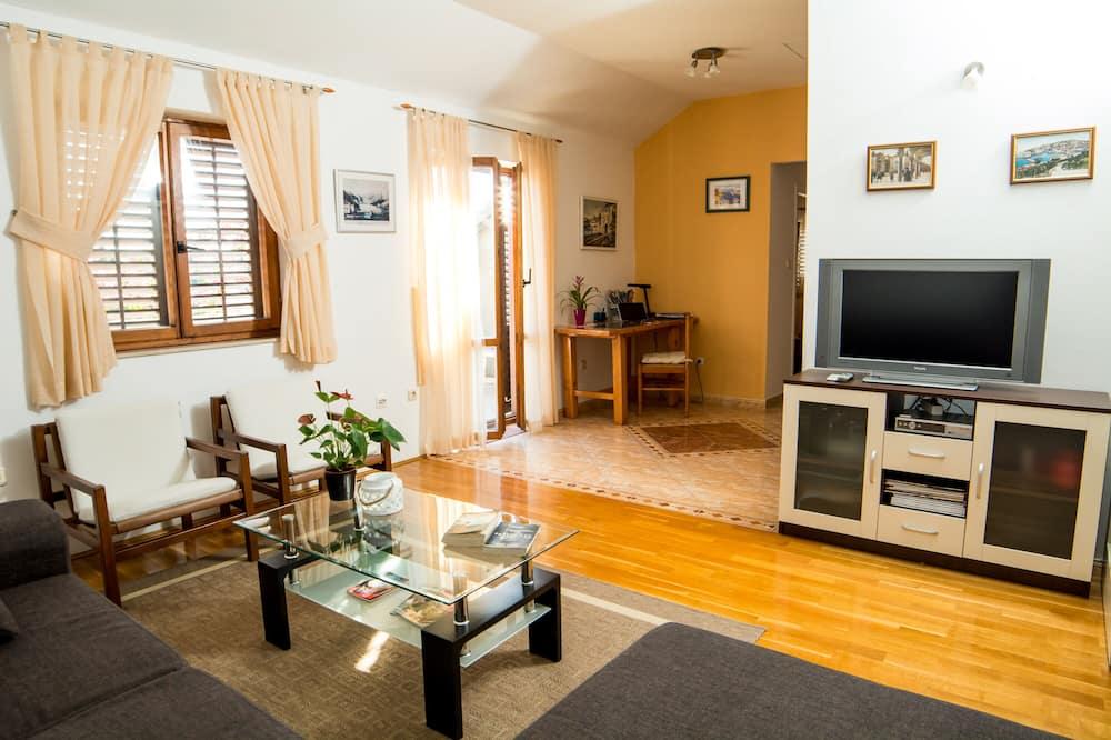 Íbúð (Two Bedroom Apartment with Balcony) - Stofa