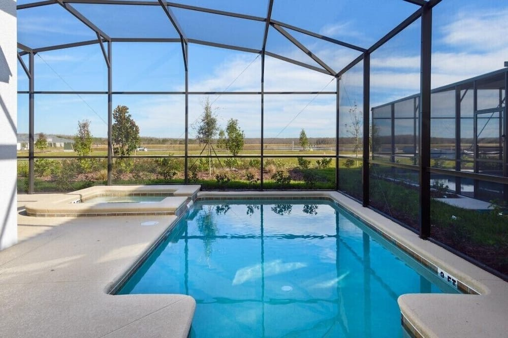 House (Luxury 5 bedroom home with private po) - Pool