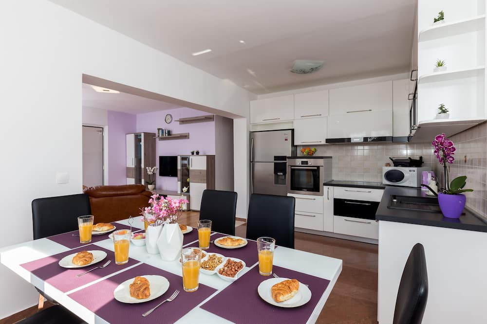 Апартаменти (Three Bedroom Apartment with Terrace) - Обіди в номері
